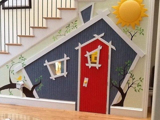 La Casa De Muñecas Bajo Las Escaleras