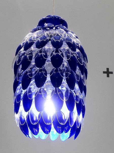 15 sorprendentes manualidades con cuchara de pl stico for Plastic spoon lamp video