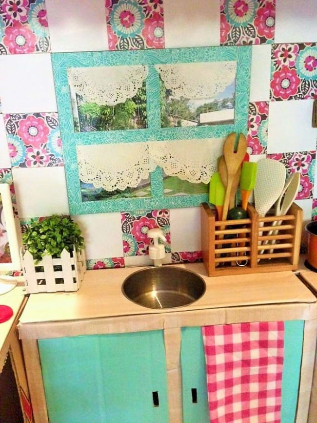 Una mamá hizo para su hija la cocina de sus sueños con ¡cajas de cartón!