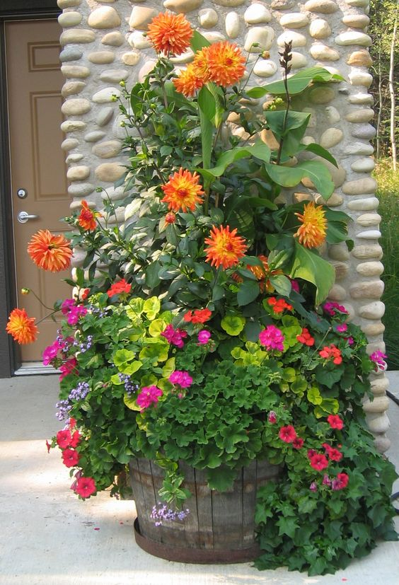 15+ Maravillosas Ideas para Decorar Patios y Terrazas con Plantadores