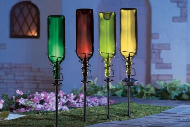 12 hermosas ideas para decorar jard n con botellas de vino for Antorchas para jardin caseras