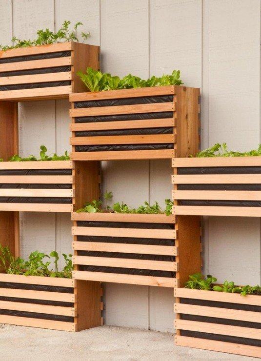 10 manualidades originales para tu patio trasero con - Manualidades decorar cajas de madera ...